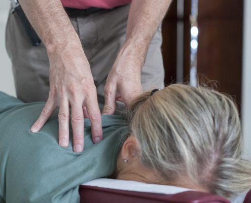 El doctor en Quiropráctica Richard Millo realiza un ajuste quiropráctico en uno de sus centros