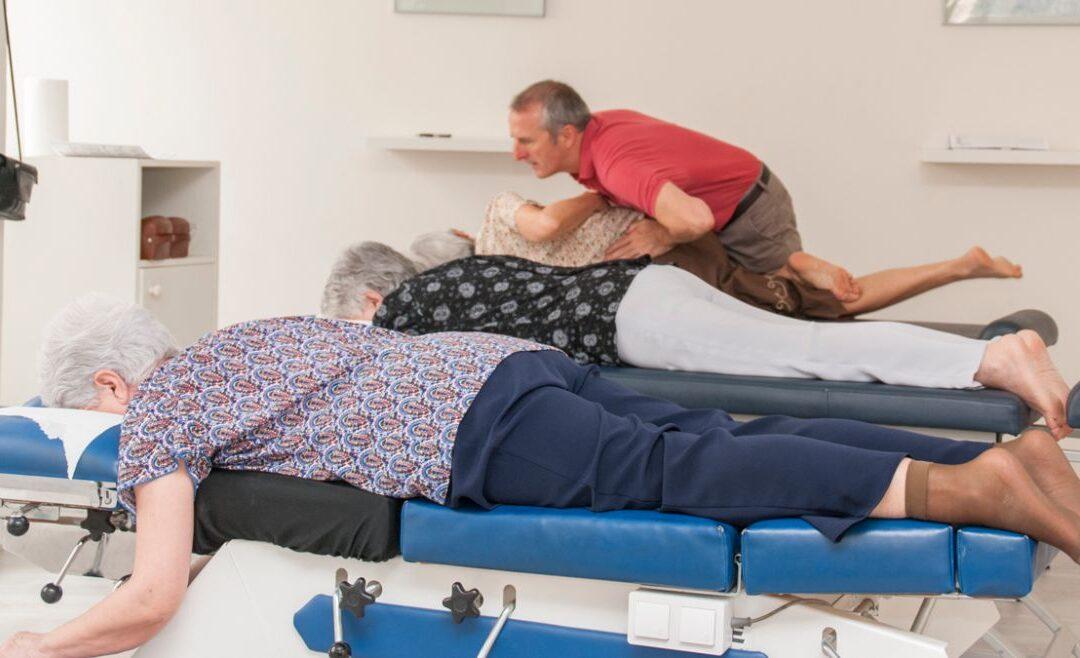 Richard Millo hace un ajuste quiropráctico mostrando su concepto de salud